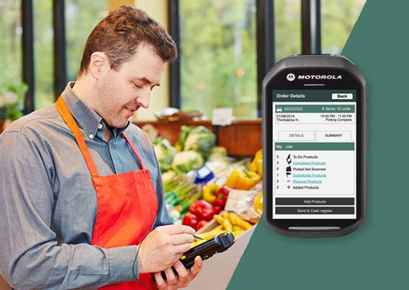 Employee in the middle of his online grocery order fulfillment process made easier thanks to a Pick and Pack solution